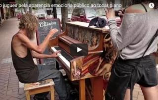 morador de rua tocando piano
