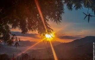Nascente do Sol em São Bento do Sapucaí, SP - Brasil, a partir do bairro do Serrano, com vista para a pedra do Baú